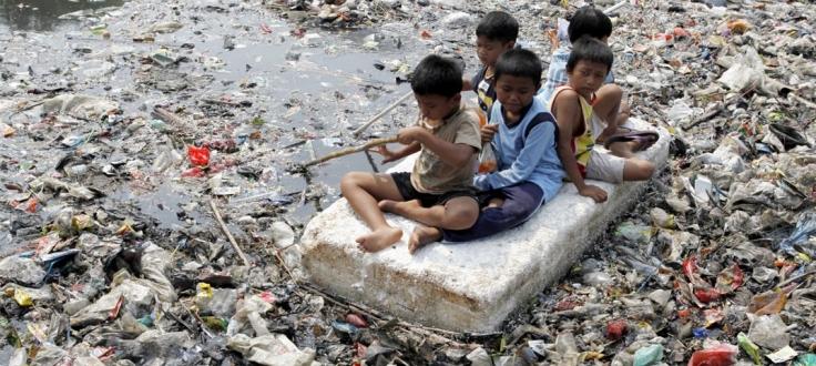 Crianças asiáticas com fome